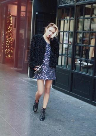 Wie kombinieren: schwarze Pelzjacke, dunkelblaues gerade geschnittenes Kleid aus Paillette, schwarze flache Stiefel mit einer Schnürung aus Leder, schwarze Clutch mit Sternenmuster