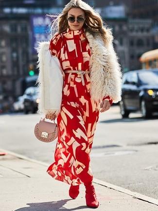 Rotes bedrucktes Shirtkleid kombinieren: trends 2020: Diese Kombination aus einem roten bedruckten Shirtkleid und einer hellbeige Pelzjacke bietet die perfekte Balance zwischen einem Tomboy-Look und zeitgenössische Aussehen. Ergänzen Sie Ihr Look mit dunkelroten elastischen Stiefeletten.