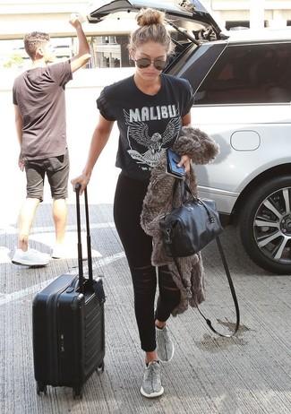 Wie kombinieren: graue Pelzjacke, schwarzes und weißes bedrucktes T-Shirt mit einem Rundhalsausschnitt, schwarze enge Jeans mit Destroyed-Effekten, graue Sportschuhe