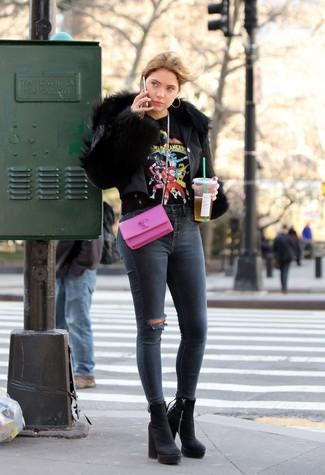 Wie kombinieren: schwarze Pelzjacke, schwarzes bedrucktes T-Shirt mit einem Rundhalsausschnitt, dunkelgraue enge Jeans mit Destroyed-Effekten, schwarze klobige Wildleder Stiefeletten