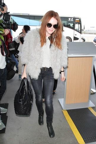 Wie kombinieren: graue Pelzjacke, weißes horizontal gestreiftes T-Shirt mit einem Rundhalsausschnitt, dunkelgraue enge Jeans, schwarze Leder Stiefeletten