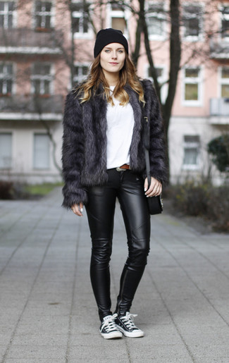 Wie kombinieren: dunkelgraue Pelzjacke, weißes T-Shirt mit einem Rundhalsausschnitt, schwarze Lederleggings, schwarze und weiße niedrige Sneakers