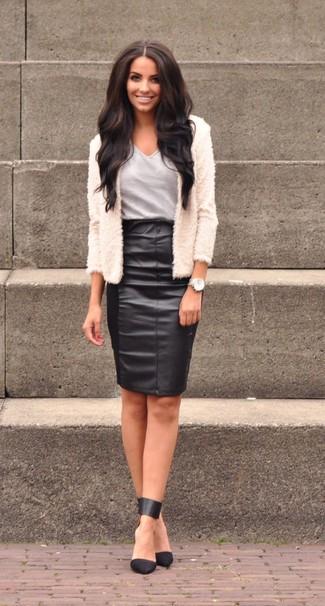 Graues T-Shirt mit einem V-Ausschnitt kombinieren: trends 2020: Ein graues T-Shirt mit einem V-Ausschnitt und ein schwarzer Leder Bleistiftrock sind absolut Casual-Essentials und können mit einer Vielzahl von Kleidungsstücken kombiniert werden. Dieses Outfit passt hervorragend zusammen mit schwarzen Leder Pumps.