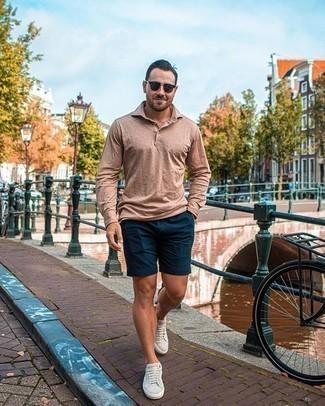 Hellbeige Wildleder niedrige Sneakers kombinieren – 77 Herren Outfits: Kombinieren Sie einen beige Polo Pullover mit dunkelblauen Shorts für Ihren Bürojob. Fühlen Sie sich mutig? Ergänzen Sie Ihr Outfit mit hellbeige Wildleder niedrigen Sneakers.