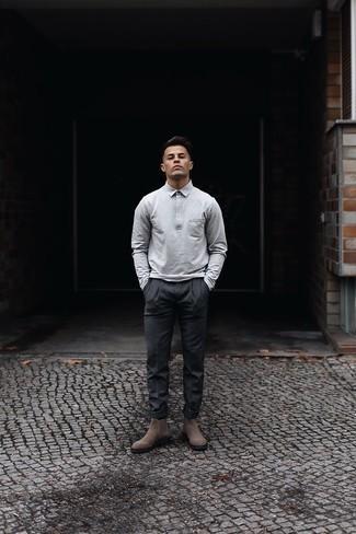 20 Jährige: Dunkelgraue Chinohose kombinieren – 316 Herbst Herren Outfits: Kombinieren Sie einen grauen Polo Pullover mit einer dunkelgrauen Chinohose, wenn Sie einen gepflegten und stylischen Look wollen. Putzen Sie Ihr Outfit mit braunen Chelsea Boots aus Wildleder. Dieses Outfit könnte zu Ihren Lieblings-Übergangs-Look werden!