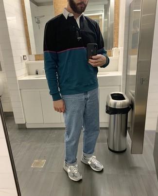 mehrfarbiger Polo Pullover, hellblaue Jeans, graue Sportschuhe, schwarze Socken für Herren