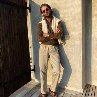 Chinohose kombinieren – 500+ Herren Outfits: Erwägen Sie das Tragen von einem braunen Polo Pullover und einer Chinohose, wenn Sie einen gepflegten und stylischen Look wollen. Fühlen Sie sich ideenreich? Wählen Sie braunen Wildledersandalen.