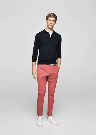 Wie kombinieren: schwarzer Polo Pullover, weißes T-Shirt mit einem Rundhalsausschnitt, rosa Chinohose, weiße Leder niedrige Sneakers