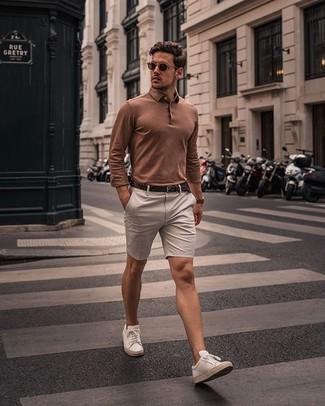 Hellbeige Shorts kombinieren – 331 Herren Outfits: Erwägen Sie das Tragen von einem beige Polo Pullover und hellbeige Shorts, um einen eleganten, aber nicht zu festlichen Look zu kreieren. Fühlen Sie sich mutig? Komplettieren Sie Ihr Outfit mit weißen Leder niedrigen Sneakers.