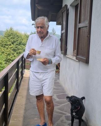 60 Jährige: Outfits Herren 2021: Erwägen Sie das Tragen von einem weißen Polo Pullover und weißen Shorts für Ihren Bürojob. Blaue Segeltuch Slipper sind eine einfache Möglichkeit, Ihren Look aufzuwerten.