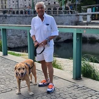 60 Jährige: Outfits Herren 2021: Vereinigen Sie einen weißen Polo Pullover mit weißen Shorts, wenn Sie einen gepflegten und stylischen Look wollen. Weiße und dunkelblaue Sportschuhe verleihen einem klassischen Look eine neue Dimension.