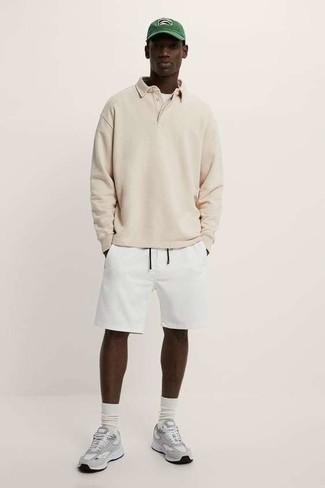 Weiße Sportshorts kombinieren – 28 Herren Outfits: Vereinigen Sie einen hellbeige Polo Pullover mit weißen Sportshorts, um mühelos alles zu meistern, was auch immer der Tag bringen mag. Fühlen Sie sich ideenreich? Wählen Sie grauen Sportschuhe.