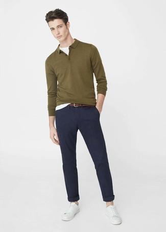 Wie kombinieren: olivgrüner Polo Pullover, weißes T-Shirt mit einem Rundhalsausschnitt, dunkelblaue Chinohose, weiße Leder niedrige Sneakers