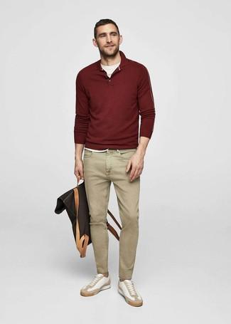 Wie kombinieren: dunkelroter Polo Pullover, weißes T-Shirt mit einem Rundhalsausschnitt, beige Jeans, weiße Leder niedrige Sneakers
