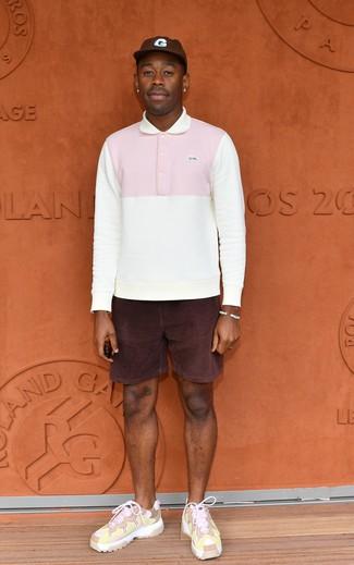 Wie kombinieren: weißer Polo Pullover, dunkellila Cordshorts, rosa Sportschuhe, dunkelbraune Baseballkappe