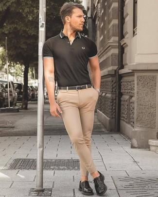Wie kombinieren: schwarzes Polohemd, hellbeige Anzughose, schwarze Leder Derby Schuhe, schwarzer Ledergürtel