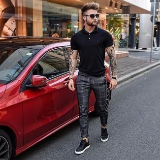 Wie kombinieren: schwarzes Polohemd, dunkelgraue Anzughose mit Karomuster, schwarze Leder niedrige Sneakers, schwarze Sonnenbrille