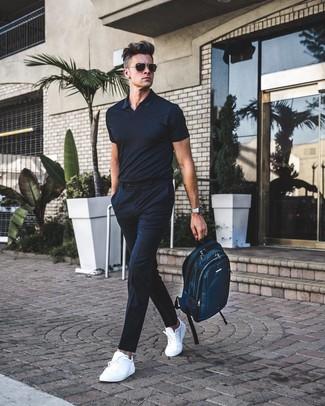 Wie kombinieren: schwarzes Polohemd, schwarze vertikal gestreifte Anzughose, weiße Leder niedrige Sneakers, dunkeltürkiser Segeltuch Rucksack