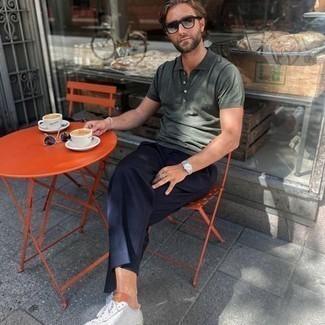 heiß Wetter Outfits Herren 2020: Erwägen Sie das Tragen von einem dunkelgrünen Polohemd und einer dunkelblauen Anzughose für Ihren Bürojob. Weiße Segeltuch niedrige Sneakers verleihen einem klassischen Look eine neue Dimension.