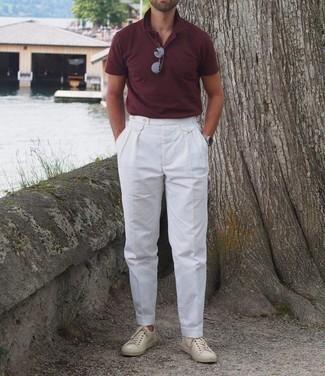 Dunkelrotes Polohemd kombinieren – 106 Herren Outfits: Tragen Sie ein dunkelrotes Polohemd und eine weiße Anzughose, wenn Sie einen gepflegten und stylischen Look wollen. Suchen Sie nach leichtem Schuhwerk? Komplettieren Sie Ihr Outfit mit hellbeige Leder niedrigen Sneakers für den Tag.