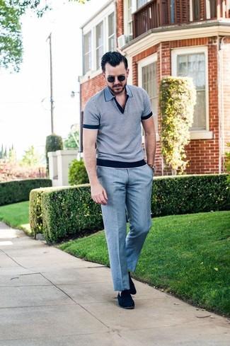 Wie kombinieren: graues Polohemd, graue Anzughose, dunkelblaue Wildleder Slipper, schwarze Sonnenbrille