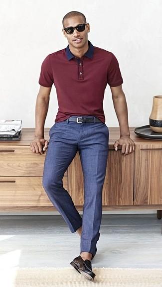 Wie kombinieren: dunkelrotes Polohemd, blaue Anzughose, schwarze Leder Slipper, schwarzer Ledergürtel