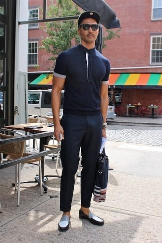 Wie kombinieren: dunkelblaues Polohemd, dunkelblaue Anzughose, schwarze und weiße Leder Slipper, dunkelblaue Shopper Tasche aus Segeltuch