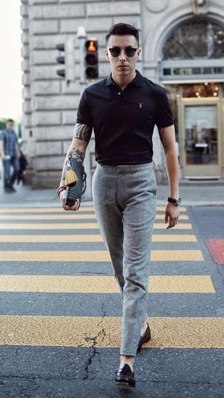 schwarzes Polohemd, graue Wollanzughose, schwarze Leder Slipper, schwarze Sonnenbrille für Herren