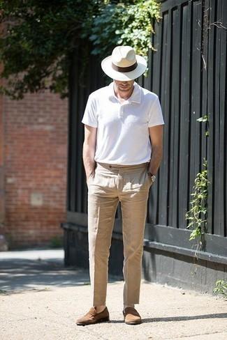 Weißes Polohemd kombinieren: trends 2020: Kombinieren Sie ein weißes Polohemd mit einer beige Anzughose für einen für die Arbeit geeigneten Look. Fühlen Sie sich ideenreich? Komplettieren Sie Ihr Outfit mit braunen Wildleder Slippern.
