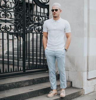 Wie kombinieren: weißes Polohemd, hellblaue Chinohose, beige Leder Bootsschuhe, schwarze Sonnenbrille