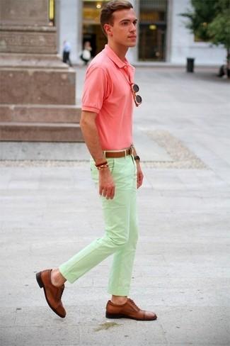 Wie kombinieren: rosa Polohemd, mintgrüne Chinohose, braune Leder Brogues, brauner Ledergürtel