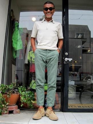 Wie kombinieren: weißes Polohemd, mintgrüne Chinohose, beige Chelsea-Stiefel aus Wildleder, schwarze Sonnenbrille