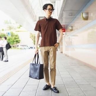 Smart-Casual heiß Wetter Outfits Herren 2020: Vereinigen Sie ein braunes Polohemd mit einer beige Chinohose für ein Alltagsoutfit, das Charakter und Persönlichkeit ausstrahlt.