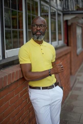 Wie kombinieren: gelbes Polohemd, weiße Chinohose, dunkelbrauner Ledergürtel, schwarze Lederuhr