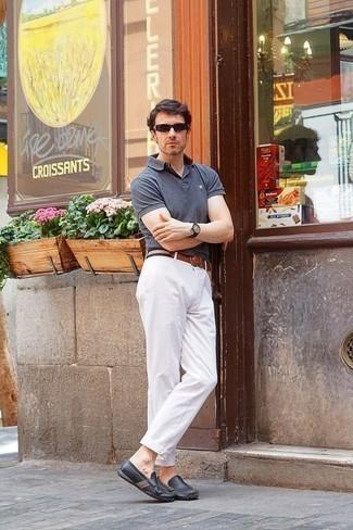 Mokassins kombinieren: trends 2020: Tragen Sie ein graues Polohemd und eine weiße Chinohose für ein bequemes Outfit, das außerdem gut zusammen passt. Mokassins sind eine großartige Wahl, um dieses Outfit zu vervollständigen.
