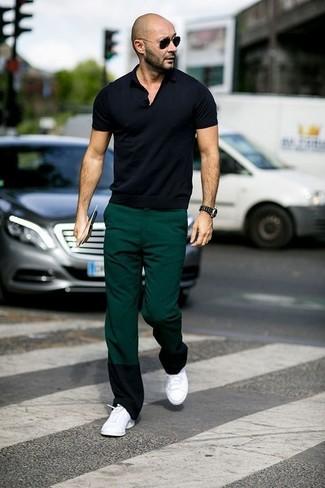 Wie kombinieren: schwarzes Polohemd, dunkelgrüne Chinohose, weiße niedrige Sneakers, schwarze Sonnenbrille
