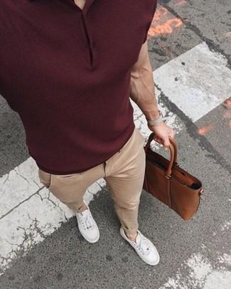 dunkelrotes Polohemd, hellbeige Chinohose, weiße niedrige Sneakers, braune Leder Aktentasche für Herren