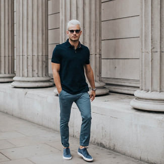 Wie kombinieren: schwarzes Polohemd, blaue Chinohose, blaue Wildleder niedrige Sneakers, schwarze Sonnenbrille