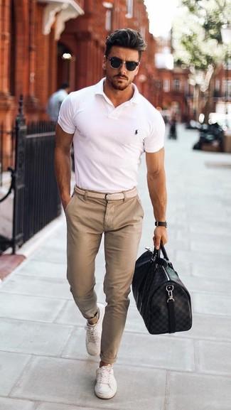Wie kombinieren: weißes Polohemd, hellbeige Chinohose, weiße niedrige Sneakers, schwarze Leder Reisetasche