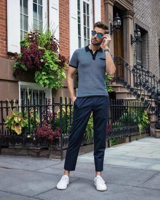 Wie kombinieren: dunkelblaues Polohemd, dunkelblaue Chinohose, weiße niedrige Sneakers, blaue Sonnenbrille