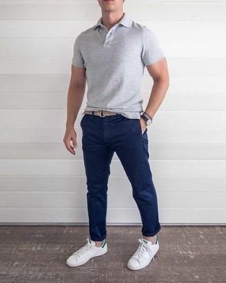 Weiße und grüne Leder niedrige Sneakers kombinieren – 108 Herren Outfits: Entscheiden Sie sich für ein graues Polohemd und eine dunkelblaue Chinohose, um einen lockeren, aber dennoch stylischen Look zu erhalten. Weiße und grüne Leder niedrige Sneakers sind eine kluge Wahl, um dieses Outfit zu vervollständigen.