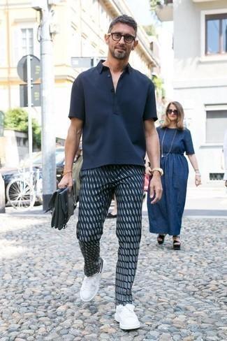 Dunkelblaue bedruckte Chinohose kombinieren: trends 2020: Kombinieren Sie ein dunkelblaues Polohemd mit einer dunkelblauen bedruckten Chinohose für ein Alltagsoutfit, das Charakter und Persönlichkeit ausstrahlt. Ergänzen Sie Ihr Look mit weißen und schwarzen Leder niedrigen Sneakers.