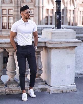 Silberne Uhr kombinieren – 500+ Herren Outfits: Entscheiden Sie sich für ein weißes Polohemd und eine silberne Uhr für einen entspannten Wochenend-Look. Fühlen Sie sich ideenreich? Wählen Sie weiße Segeltuch niedrige Sneakers.