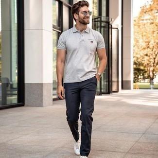 T-shirt kombinieren – 500+ Herren Outfits: Kombinieren Sie ein T-shirt mit einer dunkelblauen Chinohose mit Karomuster für ein Alltagsoutfit, das Charakter und Persönlichkeit ausstrahlt. Fühlen Sie sich mutig? Komplettieren Sie Ihr Outfit mit weißen Segeltuch niedrigen Sneakers.