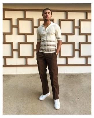 Braune Chinohose kombinieren – 1155+ Herren Outfits: Kombinieren Sie ein weißes horizontal gestreiftes Polohemd mit einer braunen Chinohose, um einen lockeren, aber dennoch stylischen Look zu erhalten. Dieses Outfit passt hervorragend zusammen mit weißen Segeltuch niedrigen Sneakers.