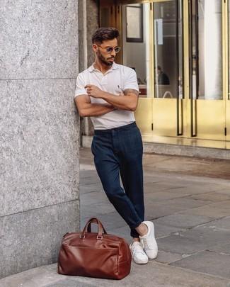 Weiße und rote Leder niedrige Sneakers kombinieren – 500+ Herren Outfits: Paaren Sie ein weißes Polohemd mit einer dunkelblauen Chinohose mit Schottenmuster für einen bequemen Alltags-Look. Dieses Outfit passt hervorragend zusammen mit weißen und roten Leder niedrigen Sneakers.