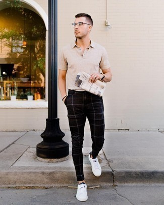 Transparente Sonnenbrille kombinieren – 415 Herren Outfits heiß Wetter: Ein hellbeige Polohemd und eine transparente Sonnenbrille sind eine perfekte Outfit-Formel für Ihre Sammlung. Fühlen Sie sich ideenreich? Komplettieren Sie Ihr Outfit mit weißen und dunkelblauen Leder niedrigen Sneakers.
