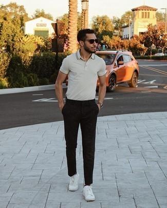 Herren Outfits 2021: Kombinieren Sie ein graues Polohemd mit einer schwarzen Chinohose für ein bequemes Outfit, das außerdem gut zusammen passt. Weiße Segeltuch niedrige Sneakers sind eine ideale Wahl, um dieses Outfit zu vervollständigen.