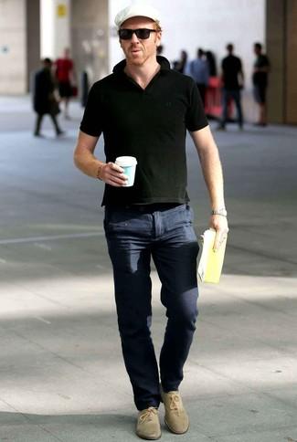 Wie kombinieren: schwarzes Polohemd, dunkelblaue Chinohose, hellbeige Wildleder Oxford Schuhe, weiße Schiebermütze