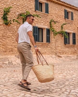 Beige Chinohose kombinieren – 500+ Herren Outfits: Paaren Sie ein weißes Polohemd mit einer beige Chinohose, um mühelos alles zu meistern, was auch immer der Tag bringen mag. Suchen Sie nach leichtem Schuhwerk? Wählen Sie dunkelbraunen Ledersandalen für den Tag.